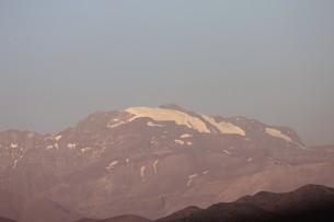 南米チリ共和国の首都サンチアゴから見る夏のアンデス山脈の眺望の写真素材 [FYI00240534]