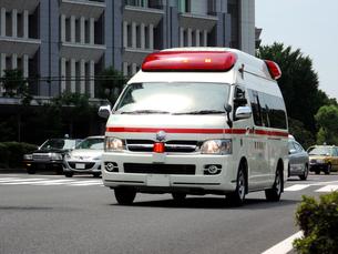 救急車走行シーンの写真素材 [FYI00240546]