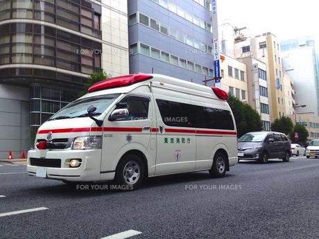 救急車走行シーンの写真素材 [FYI00240547]