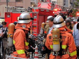 火災現場の消防隊員の写真素材 [FYI00240556]