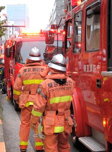 火災現場の消防隊員の写真素材 [FYI00240559]