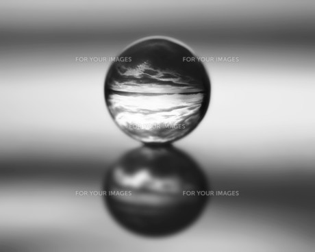 Compressed empty in a crystal ball の素材 [FYI00240606]
