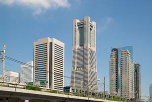 ランドマークタワーと横浜線の写真素材 [FYI00240644]