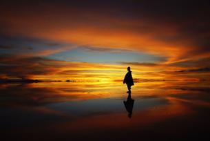 夕焼けのウユニ塩湖の写真素材 [FYI00240694]