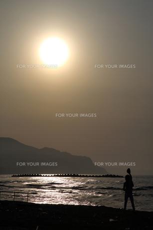 銭函サンセットビーチの夕暮れ時の写真素材 [FYI00241532]
