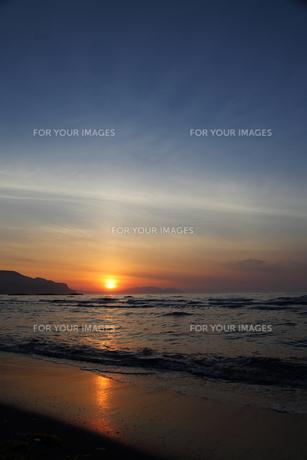 銭函サンセットビーチの夕焼けの写真素材 [FYI00241540]