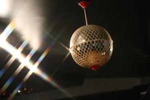 ダンスホールのミラーボールの写真素材 [FYI00241544]