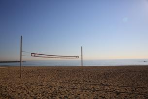 バルセロネータビーチのビーチバレーコートの写真素材 [FYI00241550]