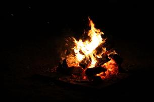 夏のキャンプファイヤーの写真素材 [FYI00241551]