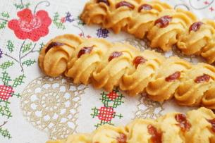 苺ジャムのクッキーの写真素材 [FYI00242218]