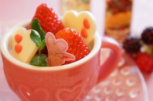 小さな苺パフェの写真素材 [FYI00242271]