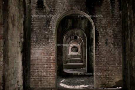 水路閣のトンネルの写真素材 [FYI00242465]