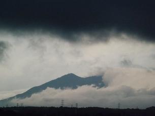 朝霧に煙る筑波山の写真素材 [FYI00242737]