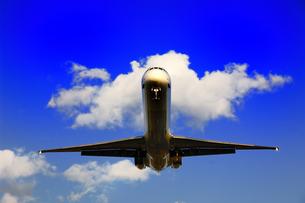 着陸する飛行機の写真素材 [FYI00243199]