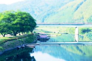 小船と橋の写真素材 [FYI00243241]
