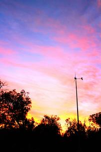 アリゾナ州の夕焼けと風車の素材 [FYI00243243]