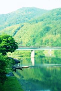 川と小船と橋と山の素材 [FYI00243256]