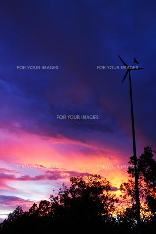 アリゾナの夕暮れと風車(タテ)の素材 [FYI00243262]