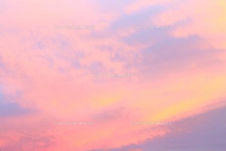 夕暮れの空と雲(ピンク)の素材 [FYI00243263]