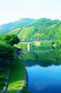 川沿いと向こうの橋と小船の写真素材 [FYI00243265]