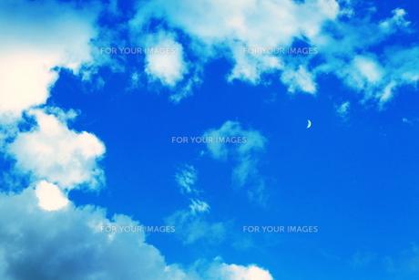 空と雲と三日月(青)の写真素材 [FYI00243266]