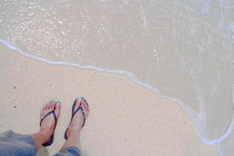 足下と波(淡い色)の素材 [FYI00243267]