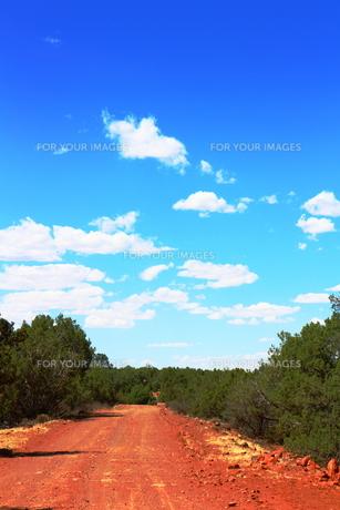 アリゾナの赤土の道と空の素材 [FYI00243269]