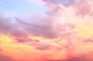夕暮れの空と雲のグラデーションの素材 [FYI00243271]