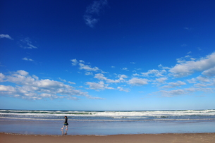 ゴールドコーストのビーチと散歩する人の素材 [FYI00243308]