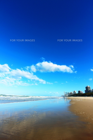 ゴールドコーストのビーチと街と空の素材 [FYI00243309]