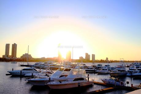 ゴールドコーストの港のボートと夕日の素材 [FYI00243320]