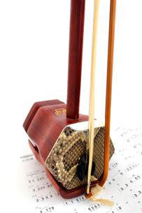 二胡と楽譜の素材 [FYI00243461]