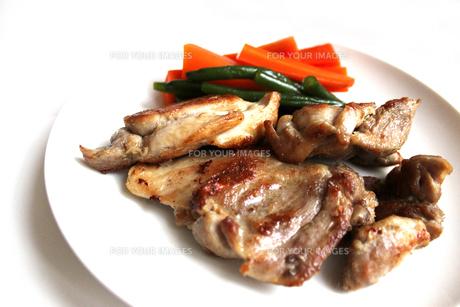 鶏肉のステーキの写真素材 [FYI00243463]