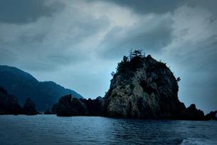 遊覧船から見た小島の写真素材 [FYI00243654]