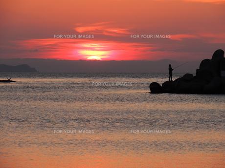 夕焼けと釣り人の写真素材 [FYI00244301]
