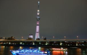 夜の隅田川とスカイツリーの写真素材 [FYI00244404]