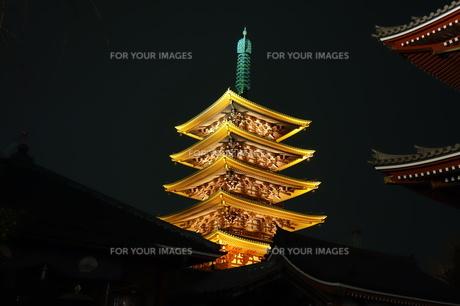 浅草寺五重塔のライトアップの素材 [FYI00244407]