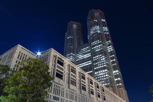 月明かりと東京都庁の写真素材 [FYI00244429]