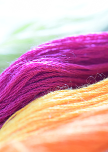 紫の刺しゅう糸のアップの写真素材 [FYI00244511]