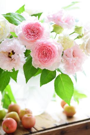 ピンクの薔薇ヒカルのアレンジの写真素材 [FYI00244519]