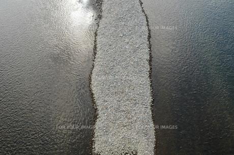 小石の中州の写真素材 [FYI00244550]