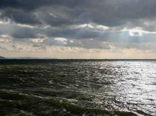 嵐の後光る海の写真素材 [FYI00244552]