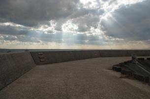 防波堤に射す光の写真素材 [FYI00244554]