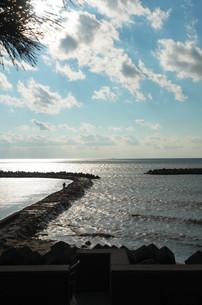 流れる雲と寄せる波の写真素材 [FYI00244558]