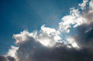 雲とセスナ機の写真素材 [FYI00244562]