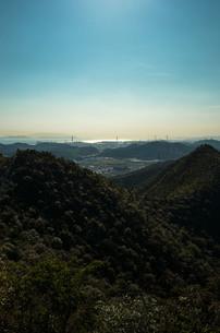 峰越しの空と海の写真素材 [FYI00244577]