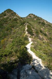 山頂に続く道の写真素材 [FYI00244589]