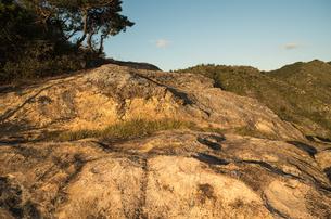 夕日を浴びる岩棚の写真素材 [FYI00244591]