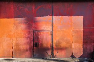 風化した赤い扉の写真素材 [FYI00244594]