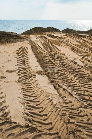 砂浜のタイヤ跡の素材 [FYI00244595]